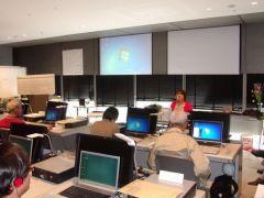 全国で開催してきた、視覚障害者にパソコンを指導する人材を養成するための講座です。写真は、キーボードでのパソコン指導法について学ぶ様子です。