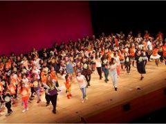 年々参加者を増やしているダンスのクラス。年に一度の発表会BEATBOXのフィナーレは同じ舞台に200人以上のこどもが一緒に踊ります。