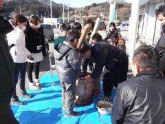学習支援の参加者・地域の方達と餅つき(2013年1月)