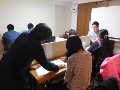 「渡塾」で講師が生徒に学習サポートを行う様子