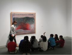 対話による鑑賞事業/大和市小学生の東郷青児記念損保ジャパン日本興亜美術館での鑑賞授業。鑑賞コミュニケーターと子ども達の対話の様子。