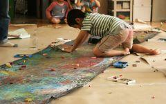震災復興支援心をつなぐアートプロジェクト 2011年5月。宮城郡七ヶ浜市の児童館にて、美術家中津川浩章氏による「アクションドローイング」ワークショップ 。