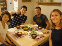 「同じ釜の飯を食う」という諺の通り、一緒にごはんを食べて楽しいひとときを過ごすことで、 そこには国や言葉を超えた人と人との価値あるつながりが生まれます。