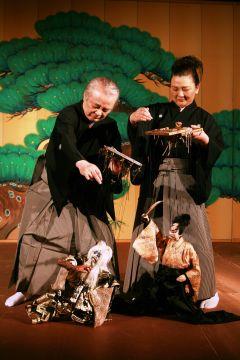 結城座提供写真 国内外での人気古典演目「綱館つなやかた」上演の様子