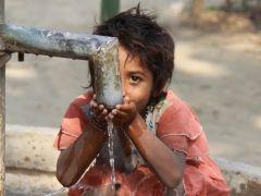 井戸が完成し、安全な水を飲むインドの女の子