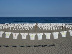 約1000枚のTシャツがひらひらするTシャツアート展