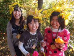 秋の落ち葉で遊ぶキッズクラブの子供たち
