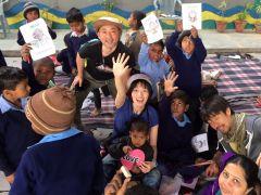 デリー高架下の青空教室で学ぶスラムの子どもたちを訪問