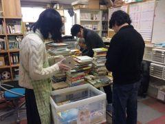 月に3.4回、ボランティアDAYを設け、地域住民ボランティアの力を借りて図書の登録作業や郵送作業などを行っています。