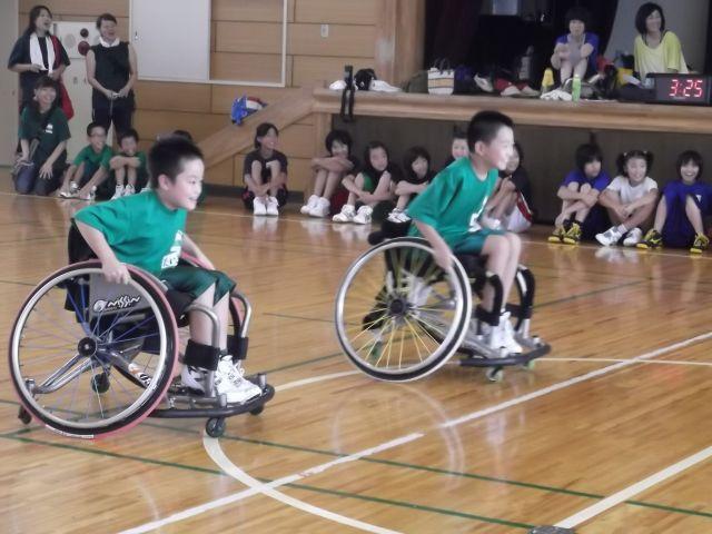 車椅子でスポーツを体験する子ども達(2013年8月京都)