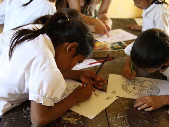 カンボジアの村の小学校にてお絵かきの特別授業
