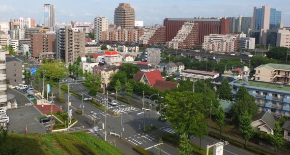 楽友会の周囲には整備された町並み、緑豊かなニュータウンらしい景色が広がります。