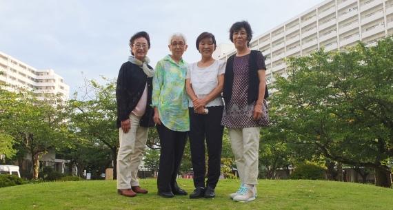 団体代表の高村ヒデさん(右から2番目)と、「ひなたぼっこ」支援者の皆さん。