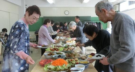 初台生活学校で25年以上に渡り開かれている食事会の様子。