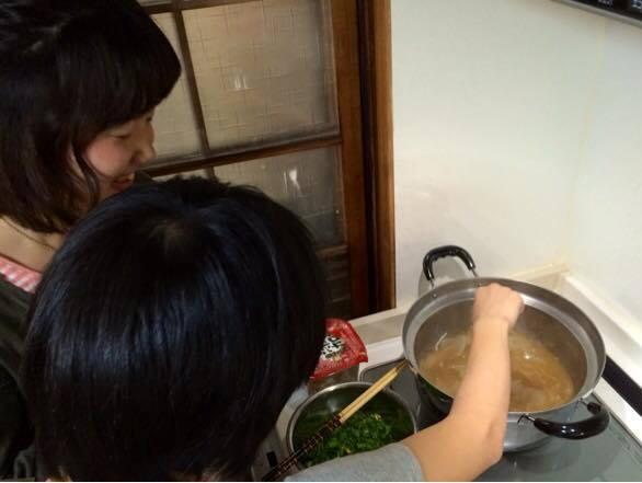 一緒にご飯食べナイト(子どもと一緒に料理作りの場面)