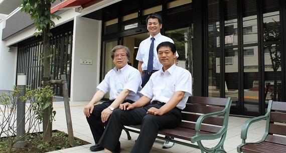 神楽坂のモダンな福祉施設。通りに面したカフェ風空間を地域のオープンな居場所に。