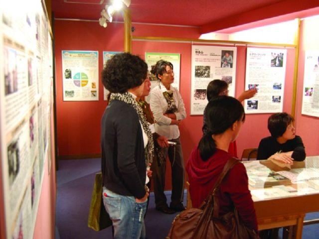 wamのなりたちや理念、特別展の内容を解説するガイドを行うwam運営委員