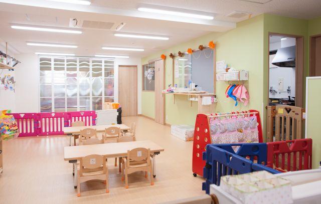 中心の事業である、企業主導型保育園「すもーるすてっぷ保育園」の内装です。